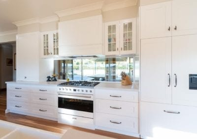 Classic mirrored Hamptons Douglas Park cooktop and range hood view with mirrored splashback