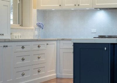 Divine two toned Hamptons kitchen splashabck Mittagong