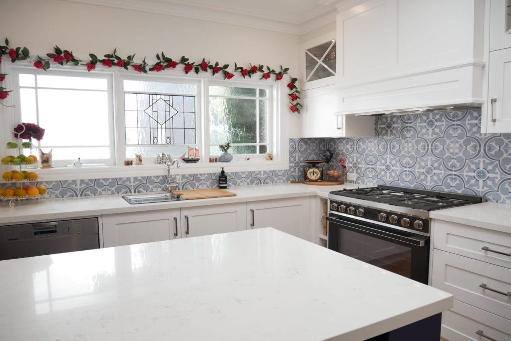 Dramatic two tone kitchen Blakehurst showcases 40mm mitred stone in Smartstone Amara to perfection