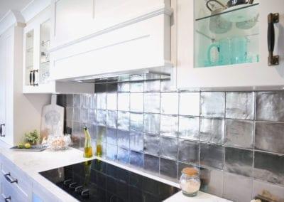 Dramatic two toned kitchen metallic silver tiled splashback